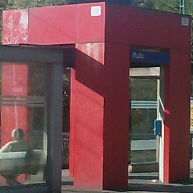 Roter Bahn - Würfel am Huder Bahnhof mit Fernverkehrsautomat