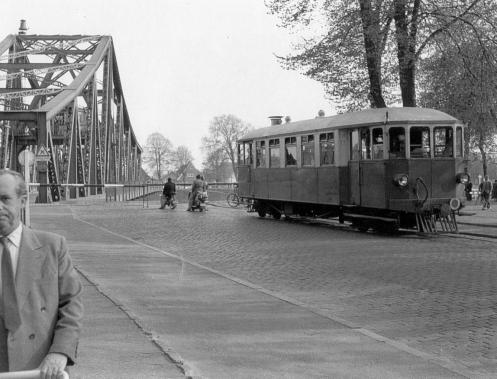 Triebwagen vor Drehbrücke