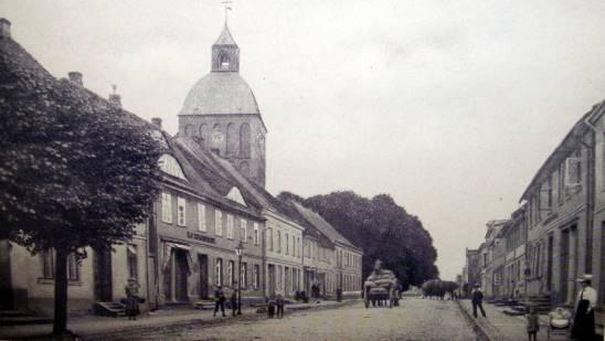 """Die Hauptstraße """"Lange Straße"""" aus Richtung Rostock kommend 1905"""