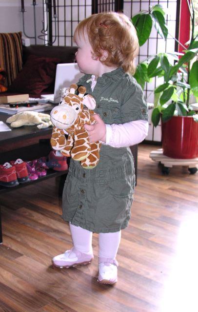 Anelie mit der Stoffgiraffe Gundi im Arm