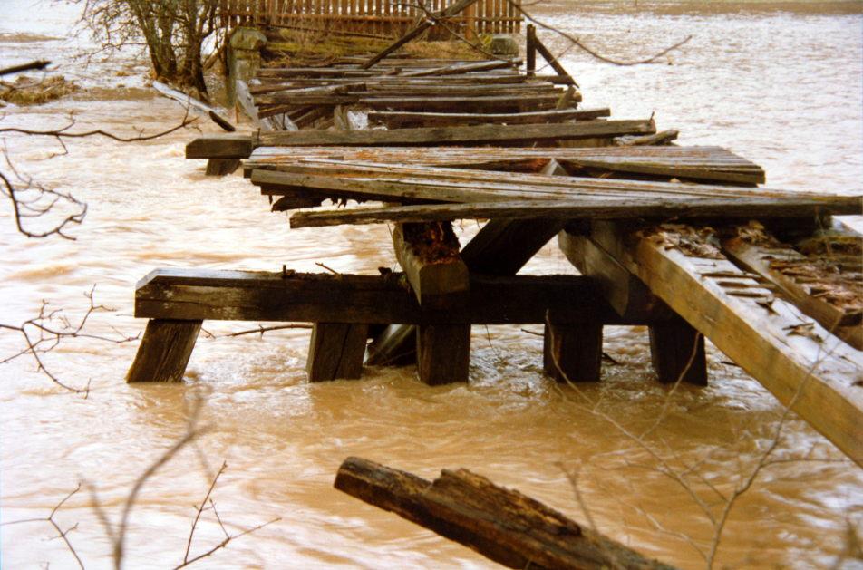 Pfahljochbrücke bei Hochwasser in den 80ern