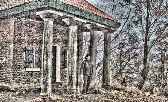 Findonaut unter den Säulen